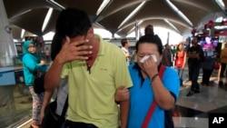 Thân nhân của hành khách trên chuyến bay MH370 của Malaysia Airlines khóc tại sân bay quốc tế Kuala Lumpur tại Sepang.