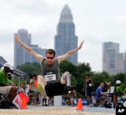 지난해 노스캐롤라이나주 샬럿에서 진행된 미 패럴림픽 육상 멀리뛰기 국가대표 선발전 현장.