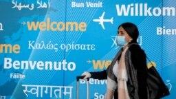 Arhiv - Putnici nose maske dok dolaze na međunarodni aerodrom John F. Kennedy u New Yorku.