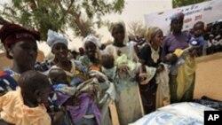 유엔 긴급구호 식량을 배급받는 아프리카 니제르 주민들