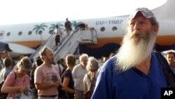 """Ned Powell, de Madison (Wisconsin), llega con una delegación de """"Pastores por la Paz"""" al aeropuerto José Martí de La Habana, Cuba, llevando 80 toneladas de ayuda Humanitaria para la isla."""