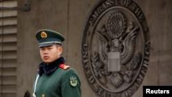 一名武警在美国驻北京大使馆门前站岗。(2018年4月5日)