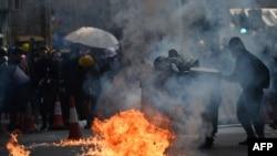 资料照片:在警方释放催泪弹后,香港抗议者向警察投掷土制燃烧弹。(2019年10月1日)