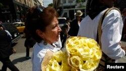 一名婦女在悼念加西亞