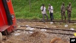 Des soldats Cameroun assurent la sécurité à proximité des pièces de train d'un train déraillé à Eseka, Cameroun, 22 octobre 2016.