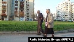 Dvoje penzionera hodaju Tuzlom