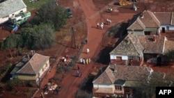 Hình chụp từ trên không các toán cứu hộ trên các đường phố bị ngập bùn đỏ ở Devecser, cách Budapest 164 km về phía tây nam, ngày 8 tháng 10, 2010.
