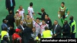 La sélection tunisienne autour de l'arbitre du quart de finale