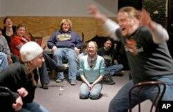 Para mahasiswa Columbia College Chicago sedang berlatih di sebuah kelas klub komedi di Chicago, 7 Februari 2007. (Foto: AP/Ilustrasi)