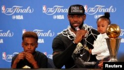 Pemain Cleveland Cavaliers LeBron James berbicara kepada media didampingi putranya Lebron James Jr. dan putrinya Zhuri James (19/6), di Oakland, California.