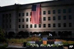 پرچم آمریکا روی دیوار ساختمان پنتاگون که ۱۶ سال پیش هدف حمله قرار گرفت.