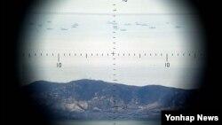 한국 서해 연평도 인근 북방한계선(NLL) 너머로 북한 선박들이 보인다. (자료사진)