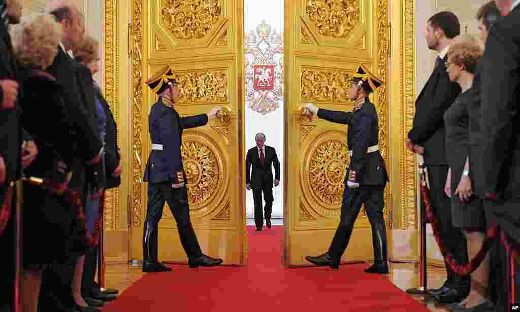ທ່ານ Vladimir Putin ຍ່າງເຂົ້າປະຕູຫ້ອງໂຖງ St. Andrew's Hall ເພື່ອສາບານໂຕເຂົ້າຮັບຕໍາແໜ່ງປະທານາທິບໍດີຣັດເຊຍ ຢູ່ທີ່ວັງ Kremlin ໃນນະຄອນຫລວງ Moscow, ວັນທີ 7 ພຶດສະພາ2012. (AP)
