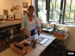 Georgia Nassikas paints in encaustic at her studio in McLean, Virginia, Sept. 17, 2015. (VOA / J. Taboh)