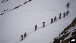 Tentara Pakistan membawa perbekalan menuju Kalpani Base, pos militer Pakistan di dekat perbatasan dengan India (Foto: dok). Pos militer Pakistan dan India di wilayah pegunungan Siachen Glacier ini terkubur salju longsor, Sabtu (7/4).