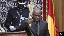 Makamu rais wa Ghana John Mahama akiapishwa kuchukua madaraka.