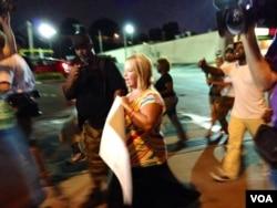 声援白人警察威尔逊的示威活动 (美国之音杨晨拍摄)