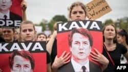 Para perempuan AS menolak nominasi Brett Kavanaugh sebagai Hakim Agung AS, dalam aksi protes di Gedung Capitol, Washington DC, 6 Oktober 2018 lalu (foto: ilustrasi).
