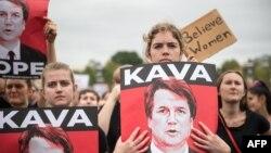 Para perempuan memprotes penunjukkan Brett Kavanaugh sebagai Hakim Agung AS, di Gedung Capitol, Washington DC, 6 Oktober 2018.