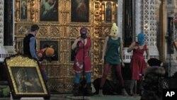 지난 2월 21일 러시아 정교회 사원에서 반 푸틴 공연을 한 펑크 록 그룹 '푸시 라이엇'.