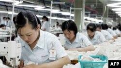 Công nhân làm việc trong xưởng may thuộc khu công nghiệp Keasong