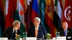 16일 리비아 사태를 논의하기 위해 오스트리아 빈에서 열린 국제회의에서 존 케리 미국 국무장관(가운데)이 파올로 겐틸로니 이탈리아 외무장관(왼쪽)과 대화하고 있다. 오른쪽은 마틴 코블러 유엔 리비아 특사.
