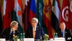 Menlu AS John Kerry (tengah) bersama Menlu Italia Paolo Gentiloni (kiri) dan Utusan PBB untuk Libya Martin Kobler menghadiri pertemuan tingkat menteri yang membahas soal Libya di Wina, Austria (16/5).