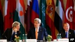 Waziri wa mambo ya nje wa Marekani John Kerry, akiwa na waziri wa mambo ya nje wa Italia Paolo Gentiloni, na mwakilishi wa Umoja wa mataifa Libya Martin Kobler katika mkutano huko Vienna, Austria, May 16, 2016.