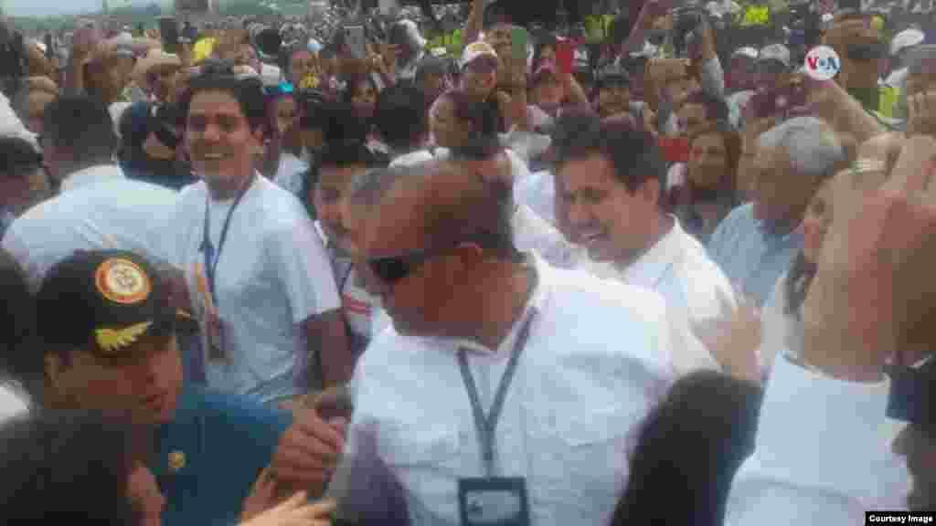El presidente encargado de Venezuela, Juan Guaidó, llegó sorpresivamente al concierto en Cúcuta, Colombia, apoyando al pueblo venezolano y la entrada de la ayuda humanitaria.