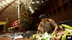 圣诞除夕印尼一名警察在雅加达救世主大教堂搜查可疑物品