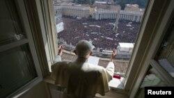 Папа римский Бенедикт XVI в последний раз обращается к пастве с воскресной проповедью из окна своего кабинета. Ватикан, 24 февраля 2013 года