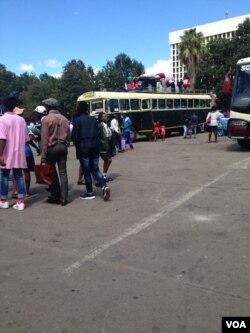Kuvulwe izikolo ngoLwesibili eZimbabwe ngesikhathi ababalisi besithi kababuyeli emsebenzini.