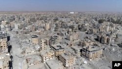 无人机拍摄的叙利亚拉卡城里被战火毁坏的建筑。(2017年10月19日)
