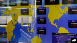 电视屏幕显示6月20日香港证券交易所的亚洲股票指数行情