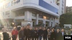 社交媒体图片:许多律师前往广东司法厅外声援隋牧青(中)