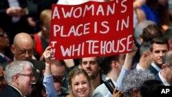 Para pendukung kandidat calon presiden AS dari Partai Demokrat, Hillary Clinton, dalam kampanye pemilihan pendahuluan di New York (19/4). (AP/Kathy Willens)
