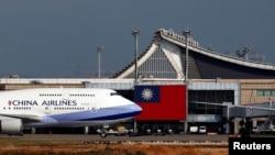 台湾中华航空公司一架波音747客机正在台北桃园机场起飞。(2018年8月6日)