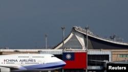 台灣中華航空公司一架波音747客機正在台北桃園機場起飛。(路透社2018年8月6日資料照)
