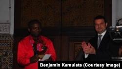 Benjamin Kamulete reçoit le trophée initiative climat pendant la COP 22 au Maroc. Photo non datée.