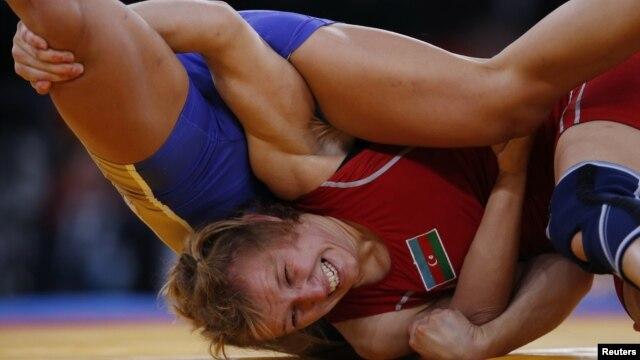 Atlet gulat Azerbaijan Yuliya Ratkevich melawan Valeriia Zholobova dari Rusia dalam pertandingan gulat perempuan Olimpiade 2012. (Reuters/Suhaib Salem)