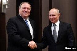 블라디미르 푸틴 러시아 대통령(오른쪽)과 마이크 폼페오 미 국무장관이 14일 소치에서 만나 회담하기 전 악수하고 있다.