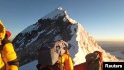 Des alpinistes grimpent le mont Everest, Nepal, le 22 mai 2019