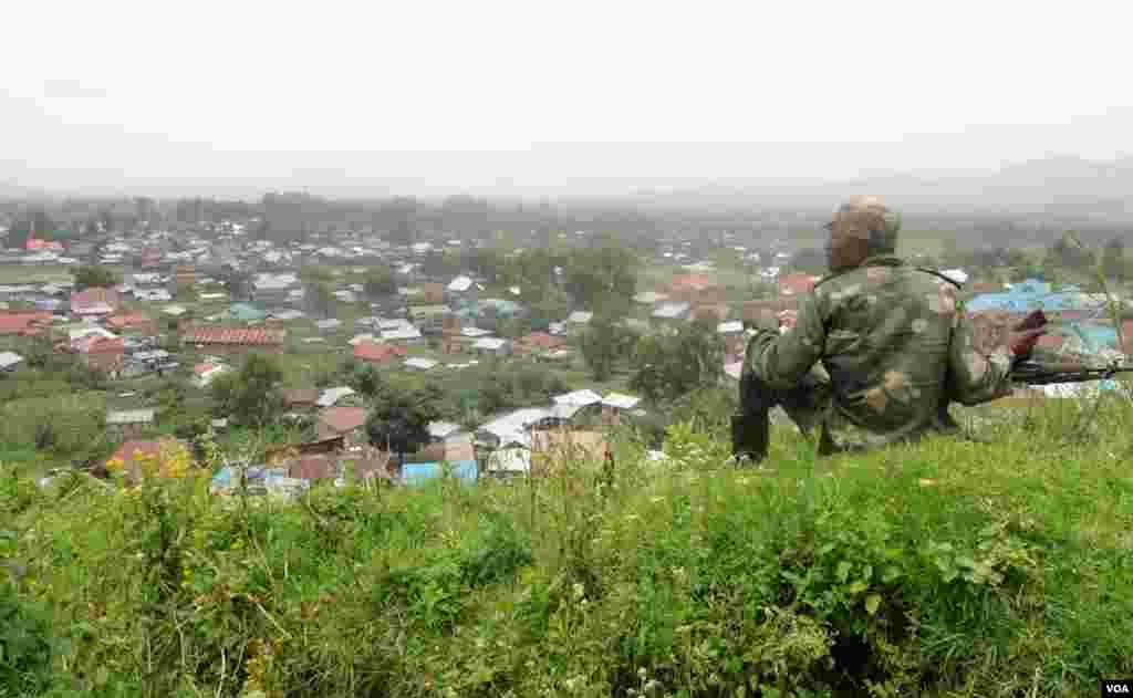 Des rebelles du M23 près de la ville de Bunagana. (Nicolas Pinault/VOA)