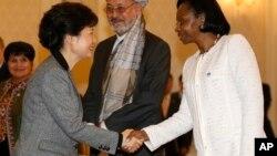 Marie-Madeleine Mborantsuo, à droite, salue la présidente de la Corée du sud à Séoul, le 26 février 2013.