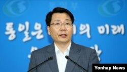 김형석 한국 통일부 대변인이 지난 7일 개성공단 실무회담 재개에 관한 긴급기자회견을 갖고 있다.