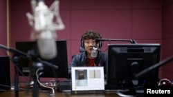 지난 4월 한국 서울의 한 라디오 방송국에서 탈북자 출신 선교사가 방송을 제작하고 있다. (자료사진)