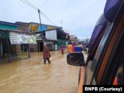 Banjir menggenangi wilayah Kabupaten Bima pasca bendungan di 4 kecamatan meluap pada 3 April 2021. (Foto: Courtesy/BPBD Kabupaten Bima)