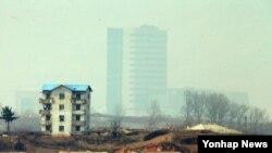 북한이 개성공단 출경을 불허하는 등 남북 긴장 상태가 지속되는 가운데 4일 오전 판문점에서 바라본 개성공단이 안개에 싸여 있다.