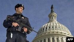 Policajac ispred Kapitol Hila