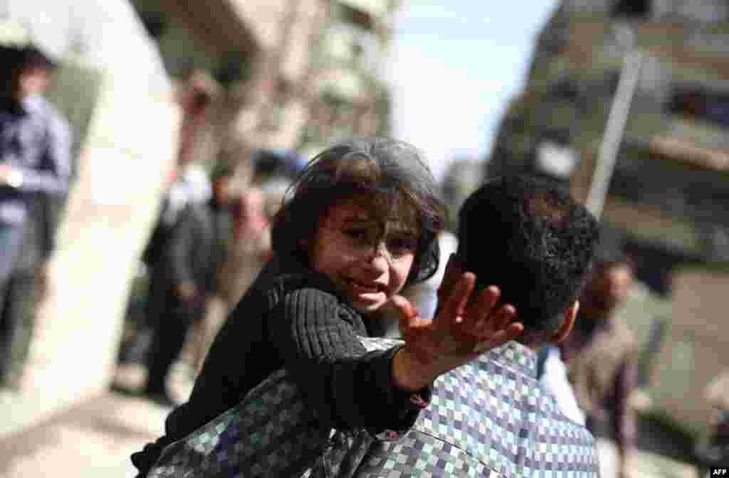 پس از حملات هوايی گزارش شده توسط نيروهای رژيم سوريه به منطقه دوما در شرق دمشق، که در دست مخالفين اسد قرار دارد، مردی در حال حمل طفل زخمی شدهای است.